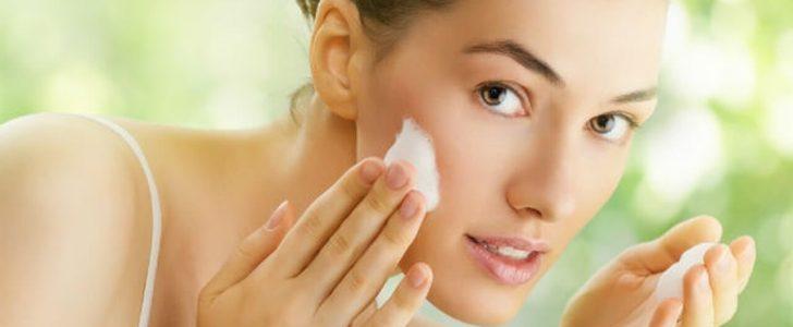 5 خلطات طبيعية لتنظيف البشرة