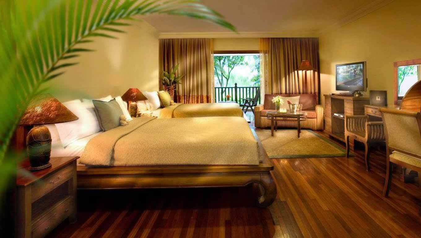 Deluxe-Concept-of-Asian-Bedroom-Decor-Ideas-with-Twin-Beds-also-Dressers-again-Table-Lamps-face-to-the-LED-TV-beside-Set-of-Wooden-Chairs-and-Table (1)